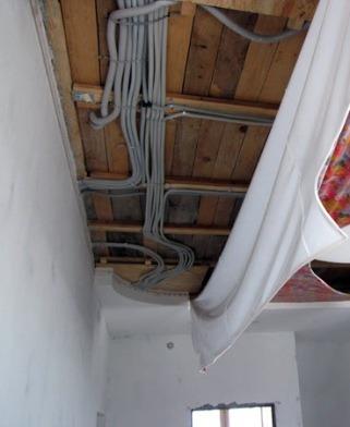 трубопровод в верхней зоне помещения