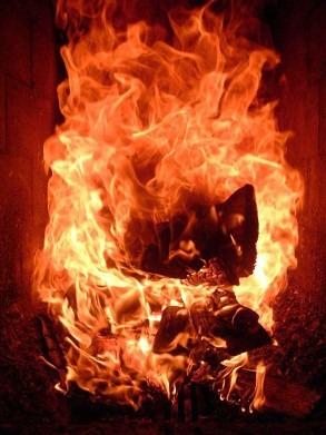 темно-красный огонь в печке