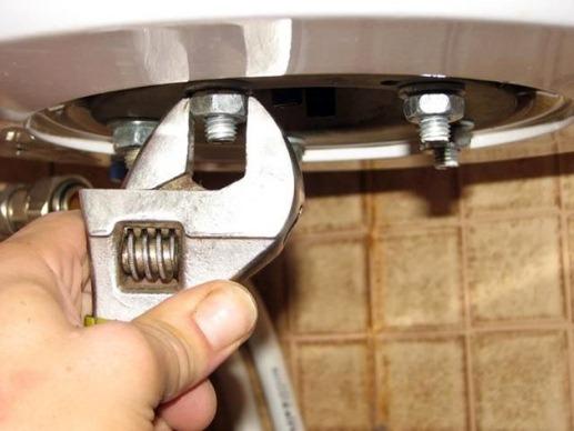 процесс очистки электрического водонагревателя