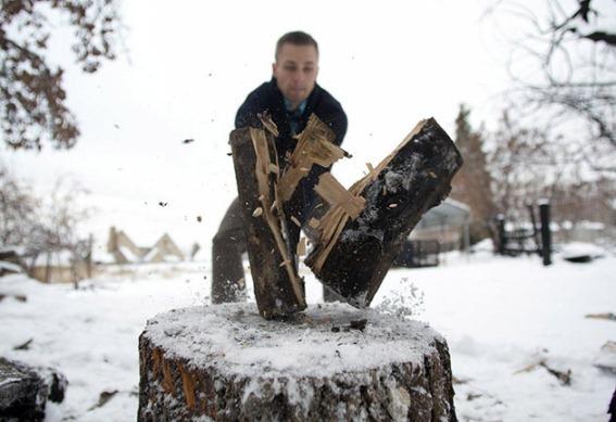 применение колуна при рубке дров