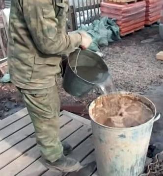замешивание глины с помощью электрической мешалки