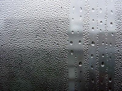 конденсат на окне с одним стеклом в зимнее время
