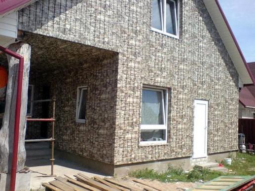 обшивка стен дома окрашенным профнастилом