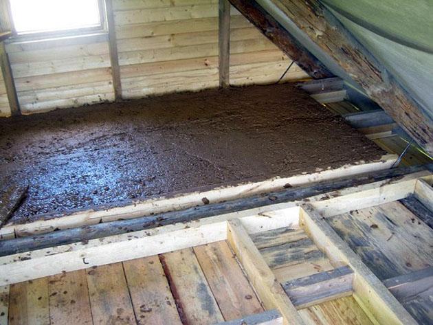 утепление потолка опилками